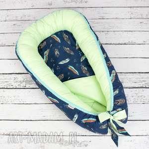 Kokon gniazdo dla niemowlaka - pióra granat pokoik dziecka