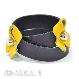 b20-11as fioletowa skórzana bransoletka ze wstęgami dwa razy zawijana wokół dłoni