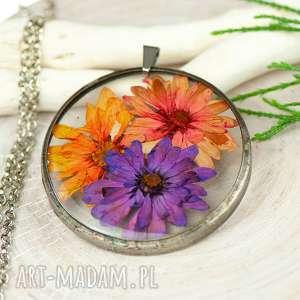 Naszyjnik z suszonymi kwiatami w żywicy i cynie z413 naszyjniki