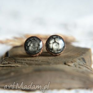 Czarne kolczyki wkrętki na srebrnych sztyftach, ręcznie malowane