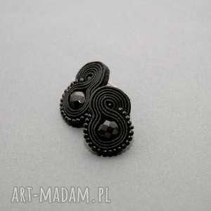 małe, czarne kolczyki sutasz, sznurek, eleganckie, sztyfty, koraliki,