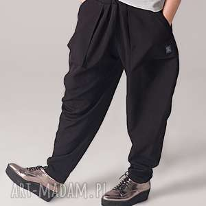 czarne spodnie z kieszeniami, kieszenie, obszerne, zwężane, minimalizm, szerokie