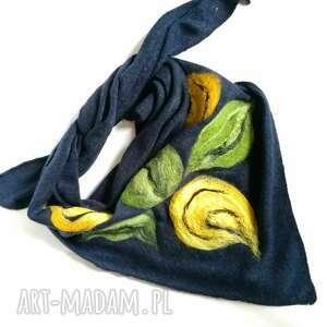 granatowa chusta handmade wełniana, elementy filcowane to wełna merynosów