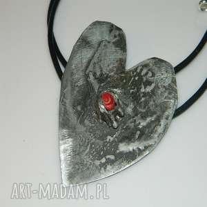 Serce z koralem, wisior, blaszka, unikatowa-biżuteria, unikatowe-serce, tytan, koral