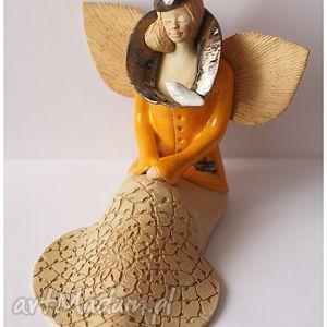 anioł w żółtym kubraczku z ptakiem na kołnierzu, anioł, ceramika dom