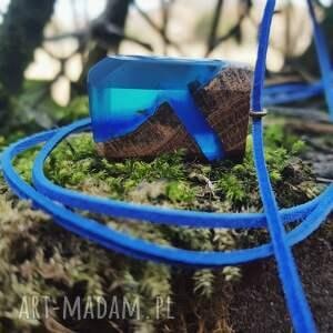 Wisior Deep Blue Rift , wisior, niebieski, drewno, drewniany, naszyjnik, biżuteria