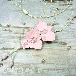 Długi wisior z kwiatami orchidei w kolorze pudrowego różu, orchidee, storczyk