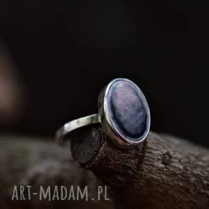 pierścień z kawałkiem muszli, pierscionek muszlą, srebrny pierścionek, owalne