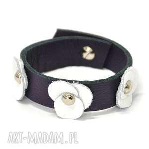 b18-01gl fioletowa bransoletka z kwiatami ze skóry przymocowanymi ozdobnymi