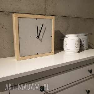 teslatimestudio zegar z betonu stojący szary rama drewniana, betonowy