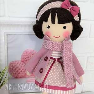 Prezent MALOWANA LALA SZARLOTA Z WEŁNIANYM SZALIKIEM, lalka, zabawka, przytulanka