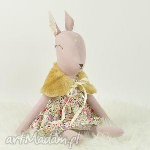 ręczne wykonanie zabawki sarenka w kwiecistej sukience