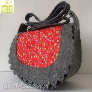 handmade na ramię listonoszka z czerwoną tkaniną w różyczki