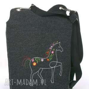 Prezent jadą konie - ciemne konie, torebka, torba, filcowa, haftowana, koń