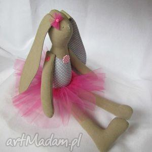 Siedząca baletnica, balerina, tutu, zając, roczek, królik