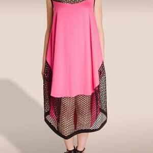 różowa sukienka ze wstawką z siatki, siatka, wstawka, oversize, prześwitująca