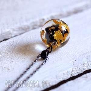 naszyjnik z żywicy z węglikiem krzemu i płatkami złota, długi srebrny