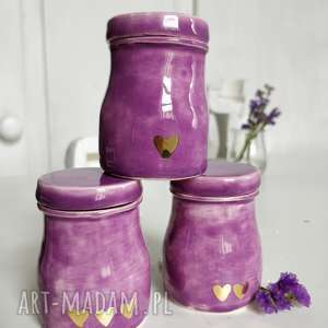 Zestaw trzech ręcznie robionych pojemniczków ceramicznych