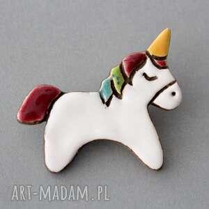 jednorożec - broszka ceramiczna, jednorożec, prezent, urodziny, czapka