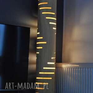 lampa podłogowa z naturalną fakturą drewna, stojąca, oświetlenie