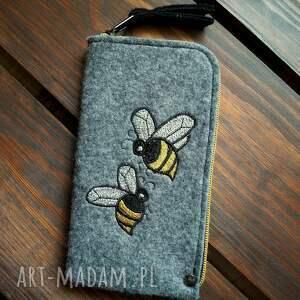 ręcznie zrobione etui filcowe na telefon - pszczółki