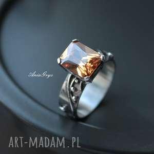 Pierścionek Miodowy , srebrny, cyrkonia, oksydowany, gwiazdoo, wirewrapping