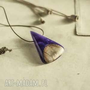 elegancki wisior w perłowo-fioletowym odcieniu, dla niej, z drewna