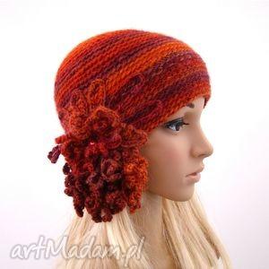 czapka w czerwieniach z oryginalną ozdobą, czapka, czapeczka, ozdoba, dodatek, jesień