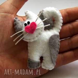 Biały kotek - broszka z filcu, kot, broszka, filc, rękodzieło, biżuteria, kobieta