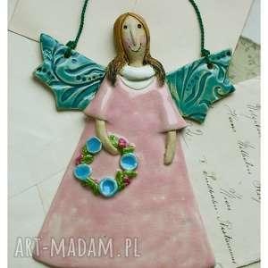 różowy aniołek z wianuszkiem, ceramika, anioł, wianuszek