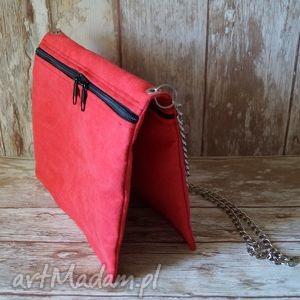 czerwona torebka z alcantary, torebka, łańcuszek, wieczorowa, elegancka