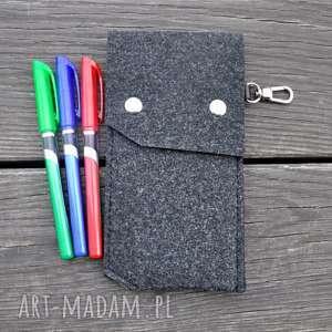 handmade etui na długopisy z filcu - grafit karabińczykiem. Wersja