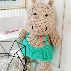duży hipopotam w zielonych spodenkach, duża maskotka hipcio, urodziny dziecka