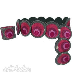 Pas i bransoleta z elementów haftowanych w odcieniach różu, komplet, pasek, haft