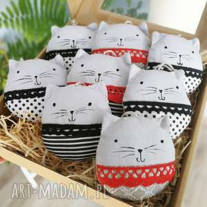 pomysł na upominki święta kocie bombki black red white, zawieszki, kot,