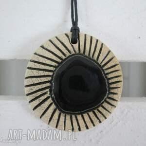 wisiorek z czarnym oczkiem, etno, wisior, ceramiczny,