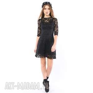 sukienki kot w butach - koronkowa sukienka z pomponami