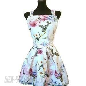 ręcznie wykonane elegancki fartuch sukienkowy kwiaty na białym tle