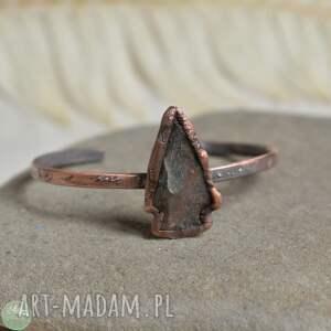 arrow - bransoletka z kamienną strzałą, miedziana, grot