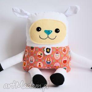 Radosna owieczka, emilka zabawki motylarnia owca, dziewczynka