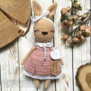 ręczne wykonanie maskotki królisia matylda w szydełkowej sukience