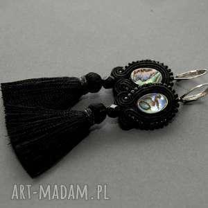 małe kolczyki z małymi chwostami, sznurek, eleganckie, muszla, kolorowe, wiszące