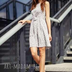Sukienka 2w1 wiązana na kokardę T232, biały kwiatek na szarym tle,