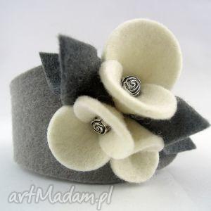 bransoletka z filcu - szara bratkami ecru, kwiatki, bratki