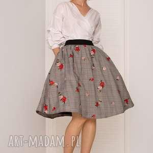 spódnica w haftowane róże, rozkloszowana, kratka, haftowana, elegancka