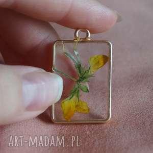 ręcznie wykonane wisiorki żółte wspomnienie - kwiat w żywicy