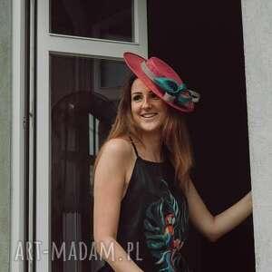 pod choinkę prezenty, fuksjowy kapelusz, fascynator, hat, sinamay