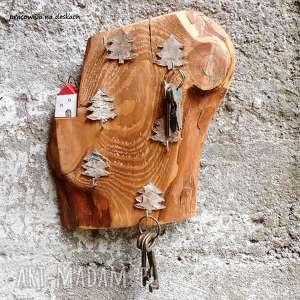 ręczne wykonanie wieszaki domek na skarpie w lesie - wieszak
