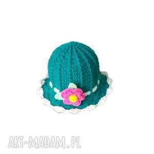 Dziewczęcy kapelusik z włóczki akrylowej w morskim kolorze