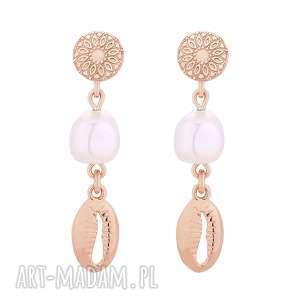 długie kolczyki z różowego złota z muszelkami i perłami
